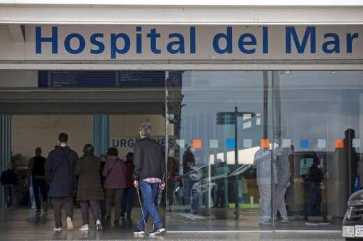 Entrada del Hospital del Mar de Barcelona. Este centro y los demás del sistema sanitario catalán tienen listas de espera que superaban los 640.000 pacientes hasta finales de 2020 | EFE/QG/Archivo