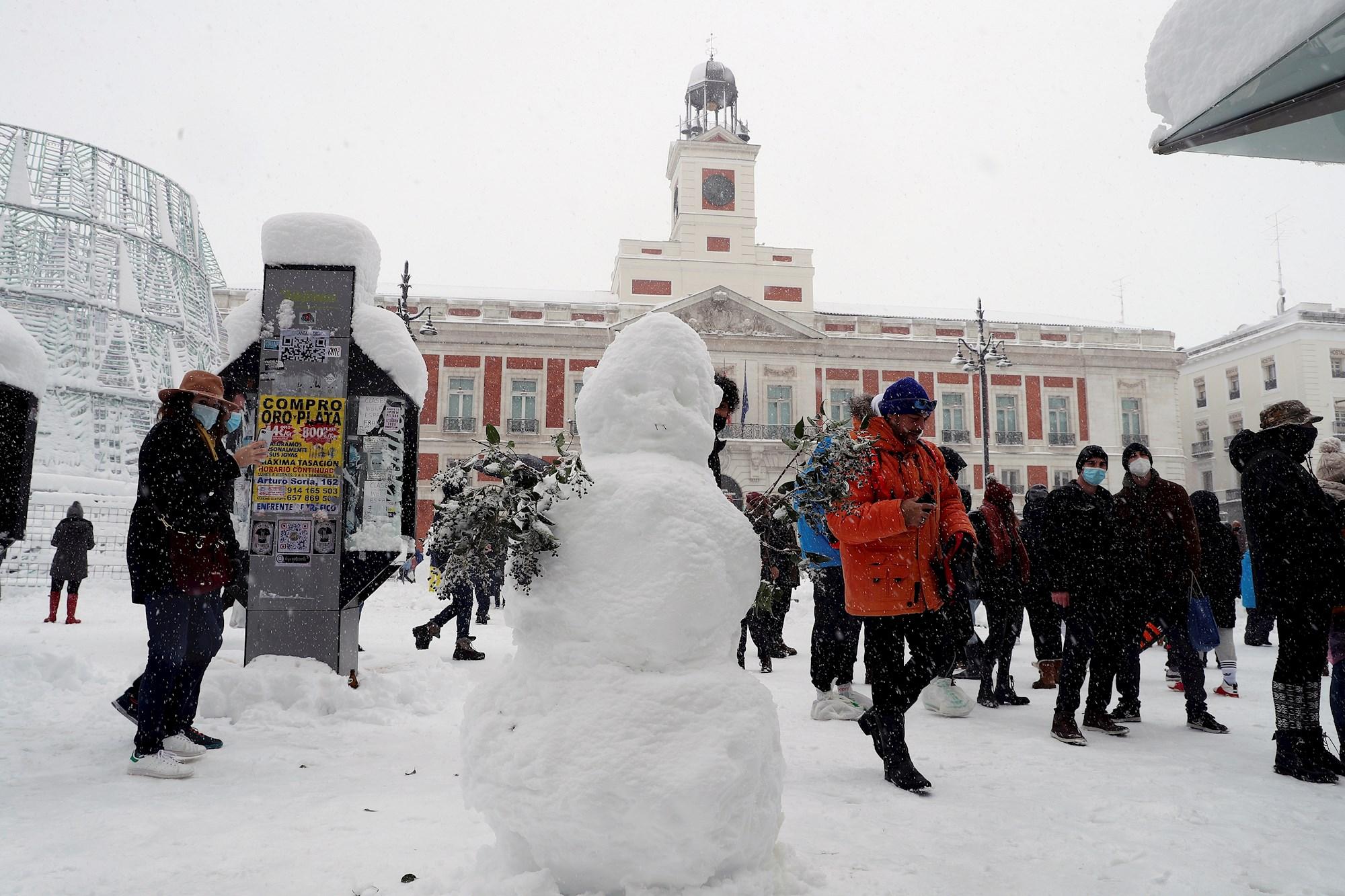 Nieve en la puerta del Sol, en Madrid, este sábado en el que la península sigue afectada por el temporal Filomena que deja grandes nevadas y temperaturas más bajas de lo habitual que bajarán drásticamente los próximos días. EFE/Kiko Huesca