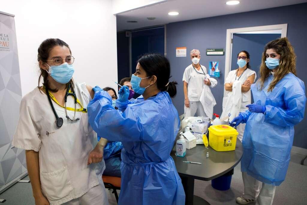 Vacunación contra el coronavirus al personal sanitario del Hospital de Sant Pau (Barcelona), el 4 de enero de 2021 | EFE/QG/Archivo