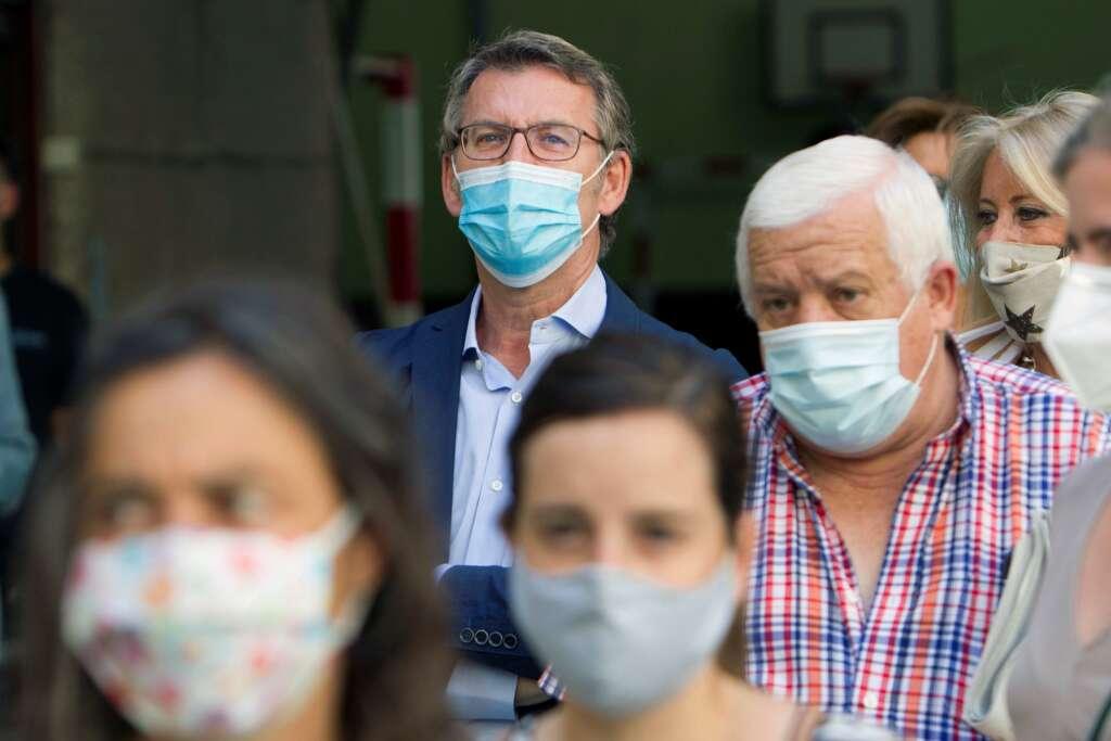 El presidente de la Xunta de Galicia, Alberto Núñez Feijóo, aguarda en la fila antes de votar en Vigo, el 12 de julio de 2020 | EFE/SS/Archivo