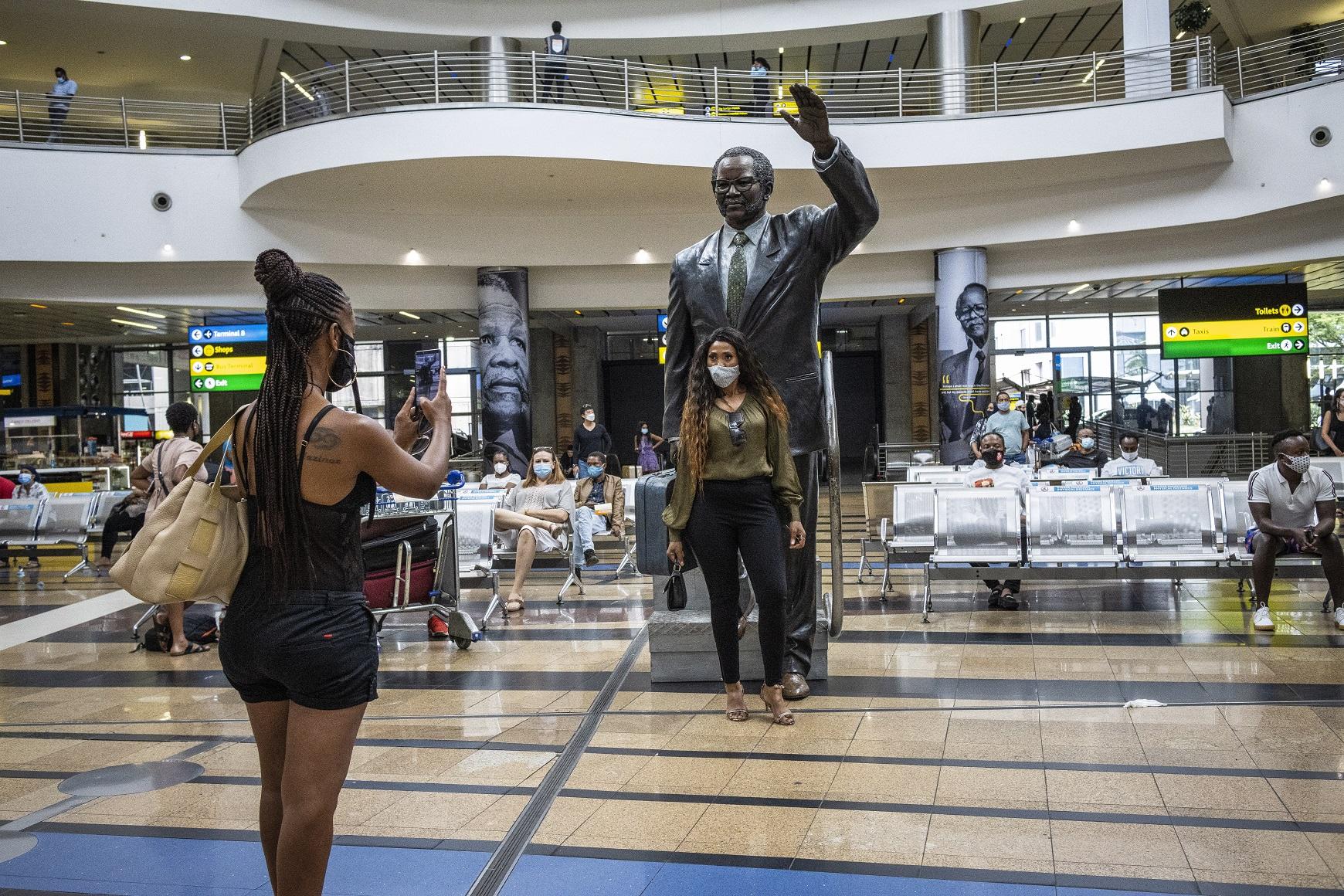 Viajeras en el Aeropuerto Internacional de Johannesburgo el 21 de diciembre de 2020, en plena explosión de casos de la segunda ola de coronavirus en Sudáfrica | EFE/EPA/KL/Archivo
