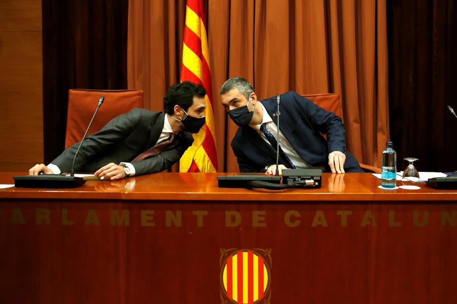 El presidente del Parlament, Roger Torrent, y el conseller de Acción Exterior, Bernat Solé (d), durante la reunión de la Mesa de partidos de la cámara catalana. EFE/Toni Albir