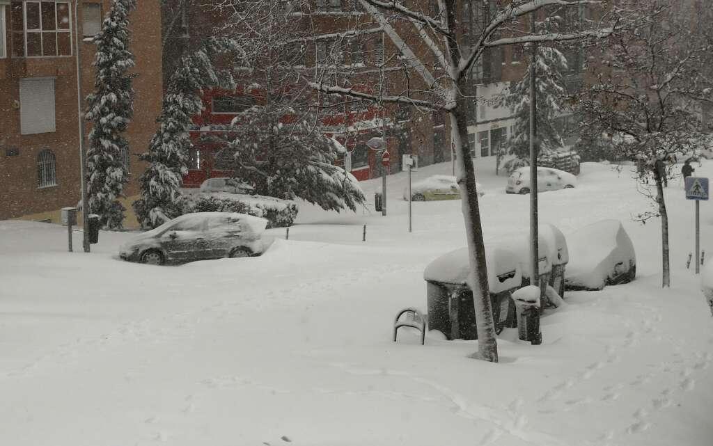 Vista de una calle cubierta de nieve en Madrid cubierta de nieve, este sábado. / EFE