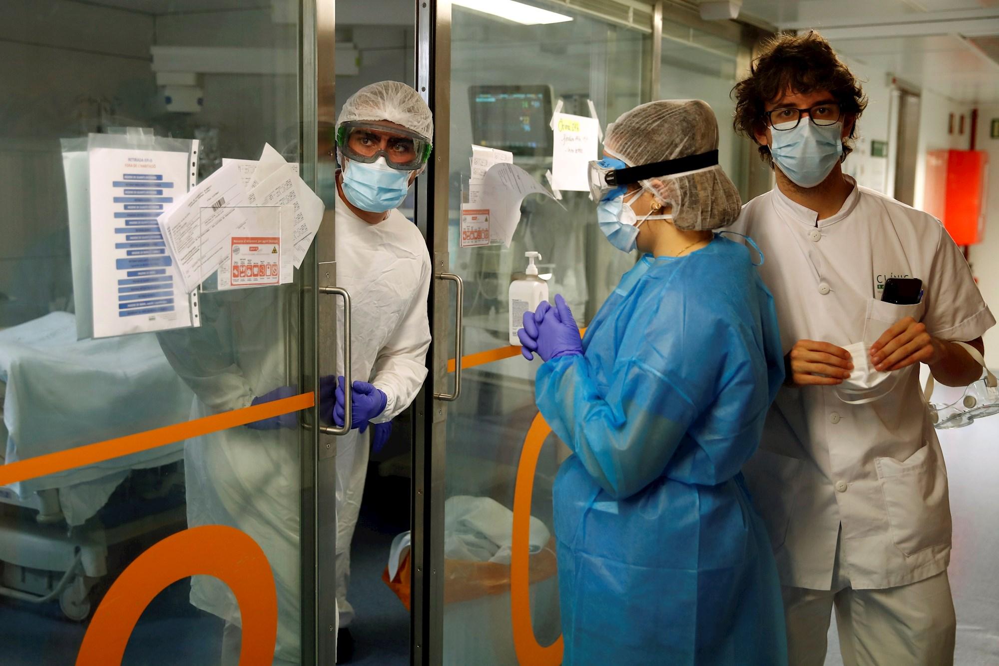 Profesionales sanitarios en una UCI del Hospital Clínic de Barcelona, el 19 de enero de 2021, en plena tercera ola de coronavirus en Cataluña | EFE/TA