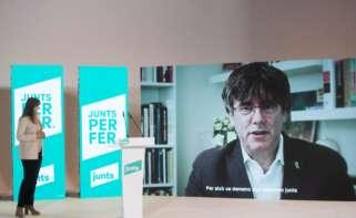 La candidata efectiva de JxCat al 14-F, Laura Borràs, escucha la intervención telemática del candidato simbólico, Carles Puigdemont, en el acto de inicio de campaña en Barcelona, el 28 de enero de 2021 | EFE/MP