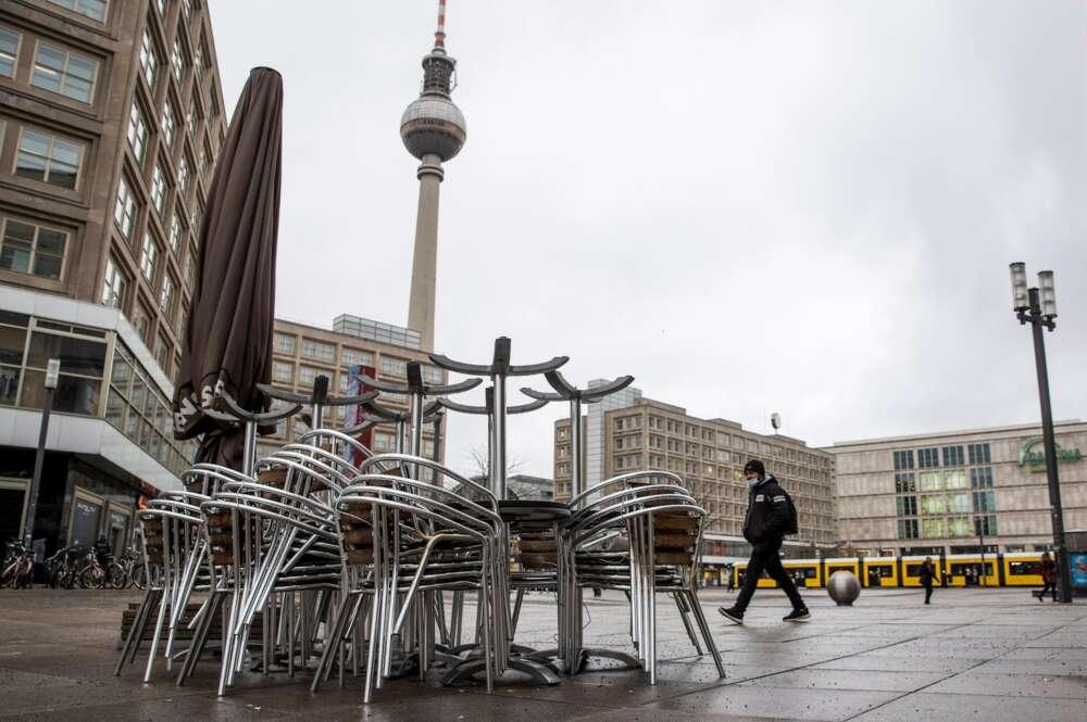 La plaza de Alexanderplatz, en Berlín, prácticamente vacía, el 6 de enero de 2021, durante el confinamiento por la segunda ola de coronavirus en Alemania   EFE/EPA/HJ