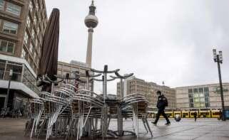 La plaza de Alexanderplatz, en Berlín, prácticamente vacía, el 6 de enero de 2021, durante el confinamiento por la segunda ola de coronavirus en Alemania | EFE/EPA/HJ