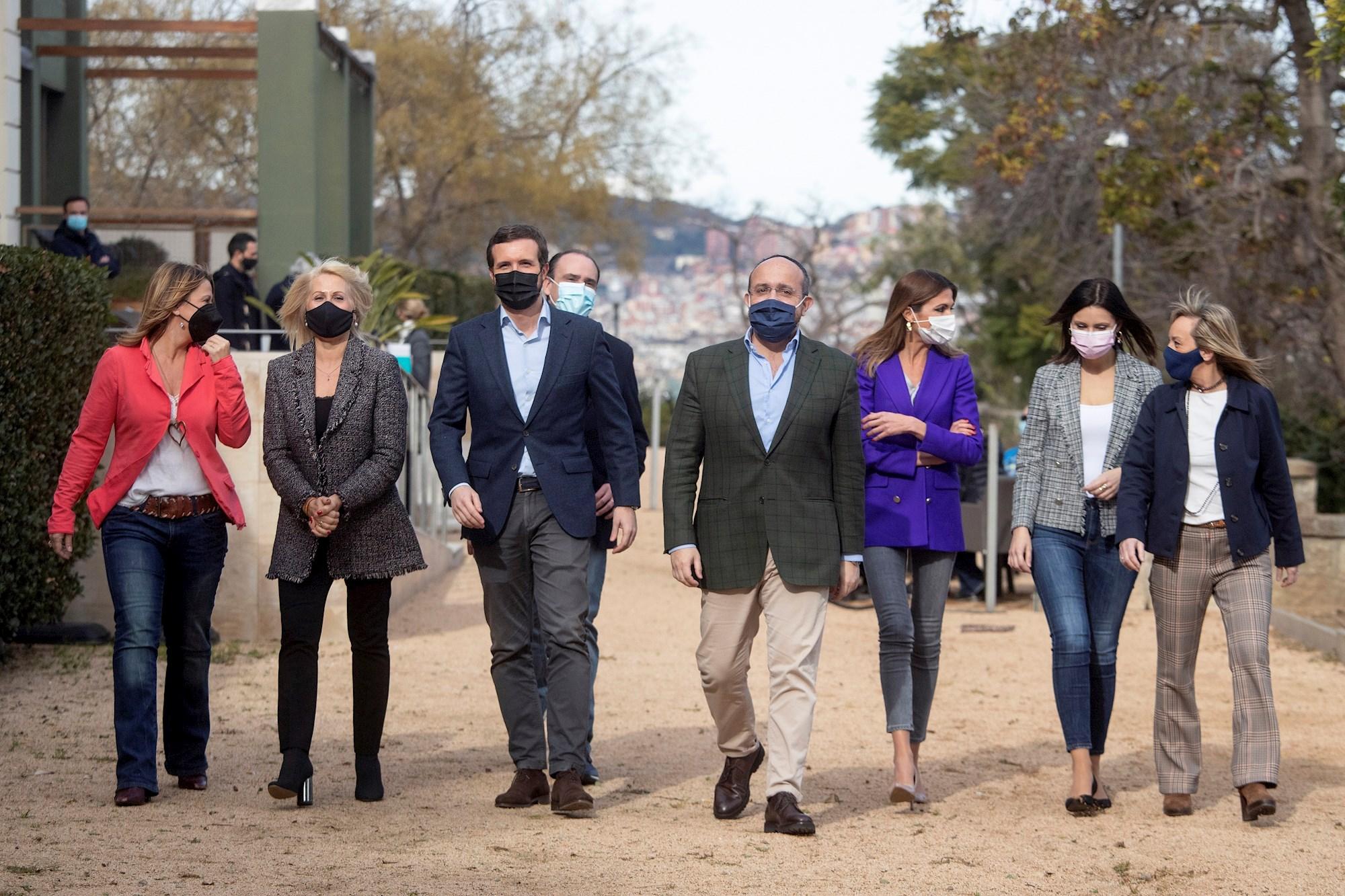 Detrás de Pablo Casado, Daniel Serrano, secretario general del PP, junto a otros miembros del PP catalán como Alejandro Fernández y Lorena Roldán, el 23 de enero de 2021 en un acto en Barcelona | EFE/MP