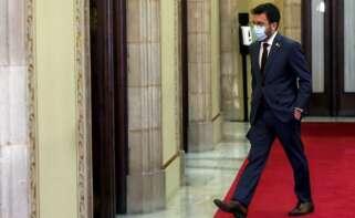 El presidente en funciones de Cataluña, Pere Aragonès, anda por los pasillos del Parlament. EFE/Quique García