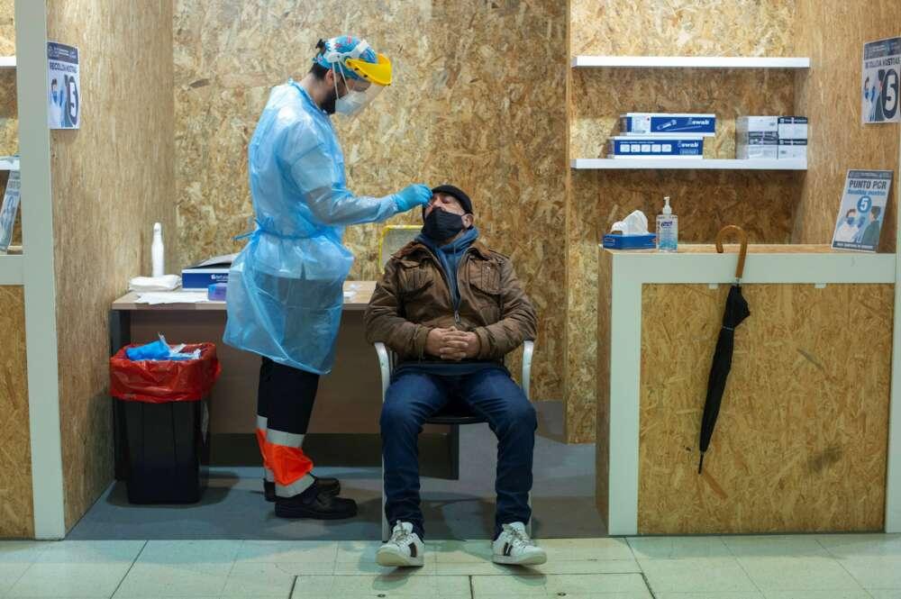 Un trabajador sanitario realiza una prueba PCR. EFE/ Brais Lorenzo/Archivo