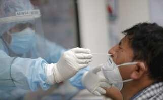 Un miembro del personal de salud realiza una prueba de covid-19 en uno de los Centros Covid para descarte y detección del coronavirus instalados por el Ministerio de Salud de Perú en el Distrito de Santa Anita, en Lima (Perú).. EFE/ Luis Angel Gonzales/Archivo