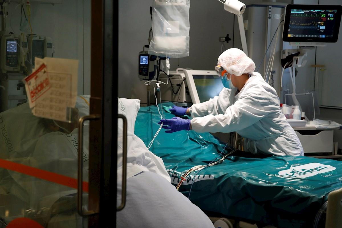 Profesionales sanitarios trabajan en una de las UCI del Hospital Clínic de Barcelona cuando se espera un incremento de la ocupación de las camas. EFE/ Toni Albir