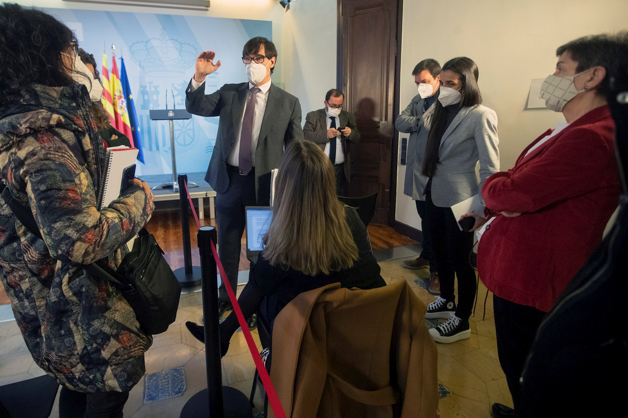 El ministro de Sanidad y candidato del PSC a las elecciones catalanas, Salvador Illa, conversa con varios periodistas en la Delegación del Gobierno en Barcelona, el 16 de enero de 2021 | EFE/MP/Archivo