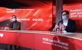 El presidente del Gobierno, Pedro Sánchez (i), junto al número uno del PSC al 14F, el ministro Salvador Illa (d), durante el Comité Federal del partido en la sede del PSC en Barcelona celebrado este sábado en un gesto de apoyo a Salvador Illa ante las elecciones catalanas./ EFE