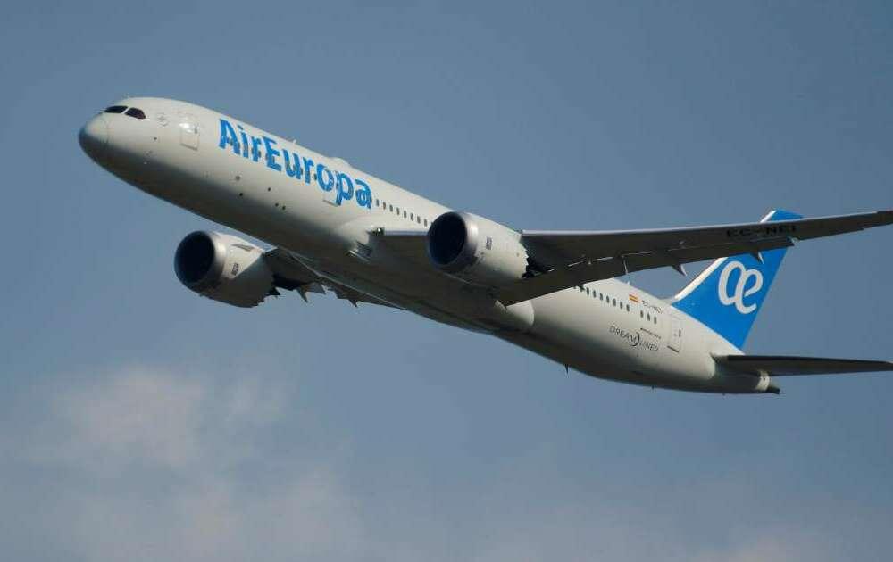 Iberia ha pactado con Globalia nuevas condiciones para la compra de Air Europa por 500 millones de euros, la mitad de los 1.000 millones previstos inicialmente, que se abonarán a los seis años del cierre de la operación. EFE/ José Valle/Archivo