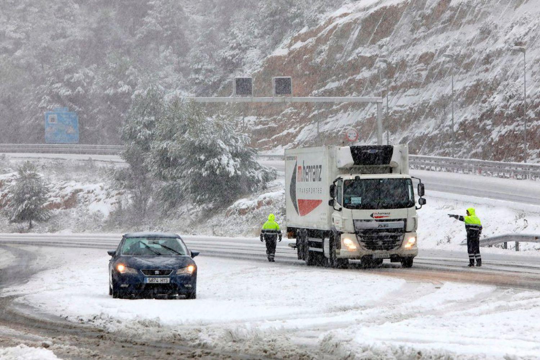 Fuerte nevada esta mañana en El Bruc (Barcelona) donde hay controles de Mossos a causa de las rectricciones. EFE/Susanna Sáez