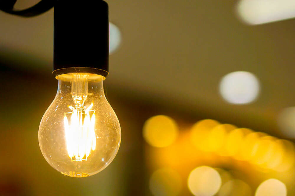 La factura de la luz baja un 21% en el mes de febrero, según la OCU.