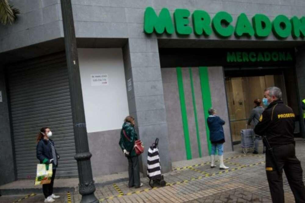 Varias personas esperan su turno para entrar en un establecimiento de Mercadona. EFE/ Biel Aliño/Archivo