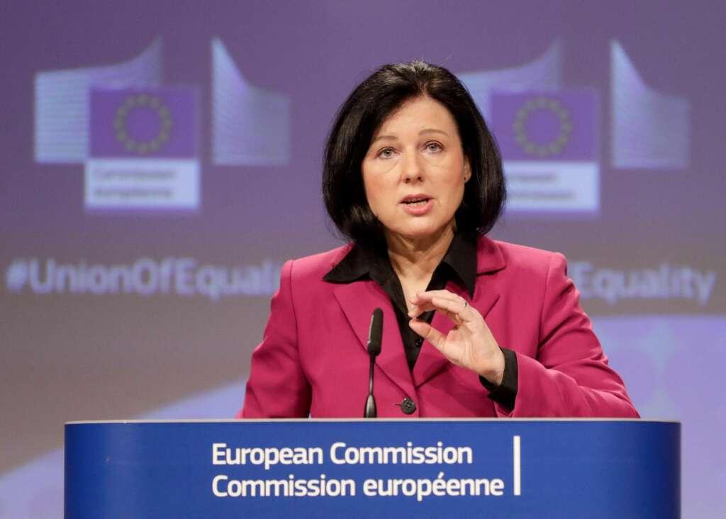 La vicepresidenta de la Comisión Europea, Vera Jourova, advierte al Gobierno sobre la renovación del Consejo General del Poder Judicial. EFE