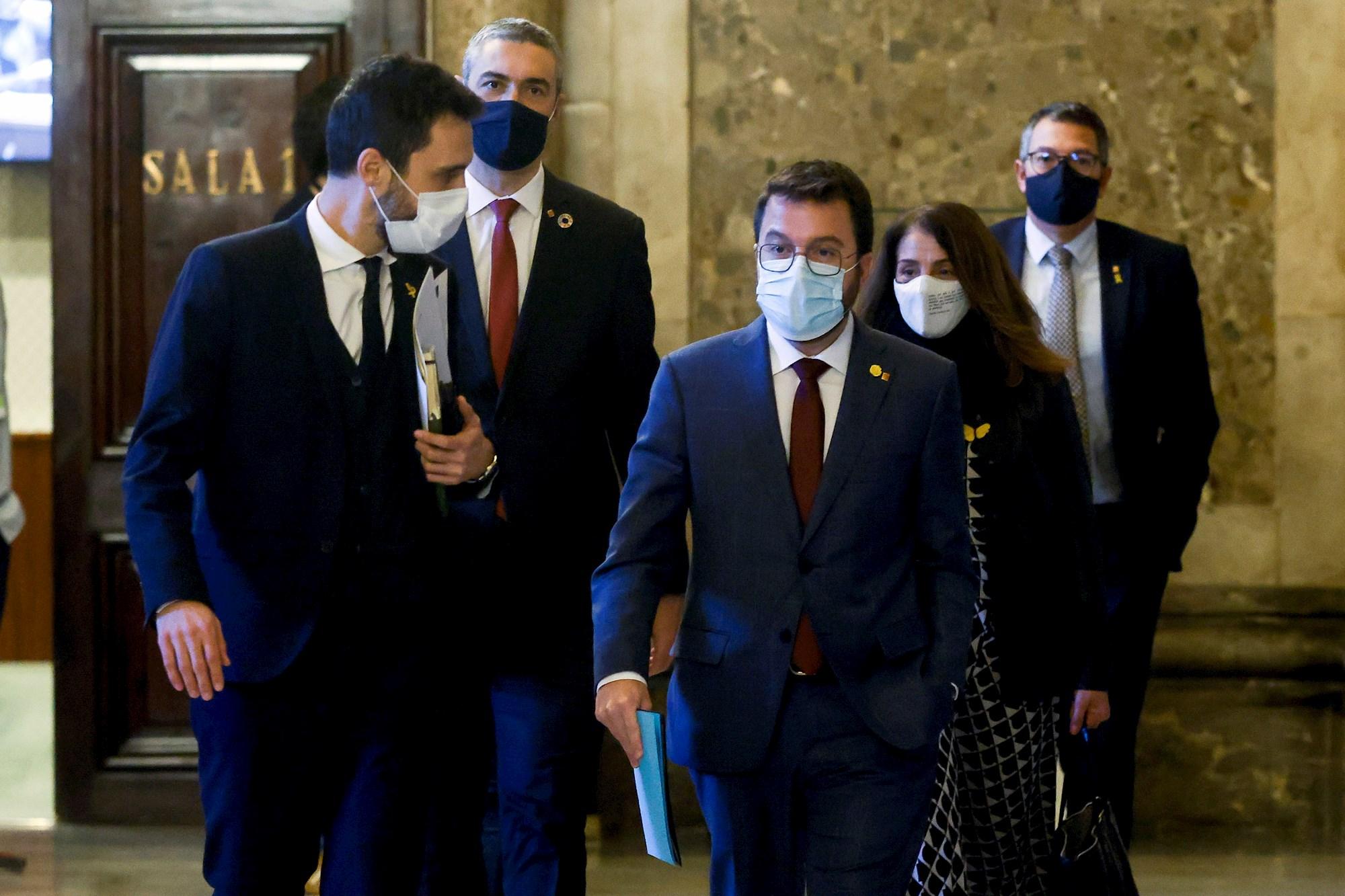 El presidente del Parlament, Roger Torrent; el consejero de Exteriores, Bernat Solé; el vicepresidente de la Generalitat, Pere Aragonès; la portavoz Meritxell Budó; y el consejero de Interior, Miquel Sàmper, antes de la mesa de partidos para debatir sobre el aplazamiento de las elecciones catalanas, el 15 de enero de 2021 | EFE/QG