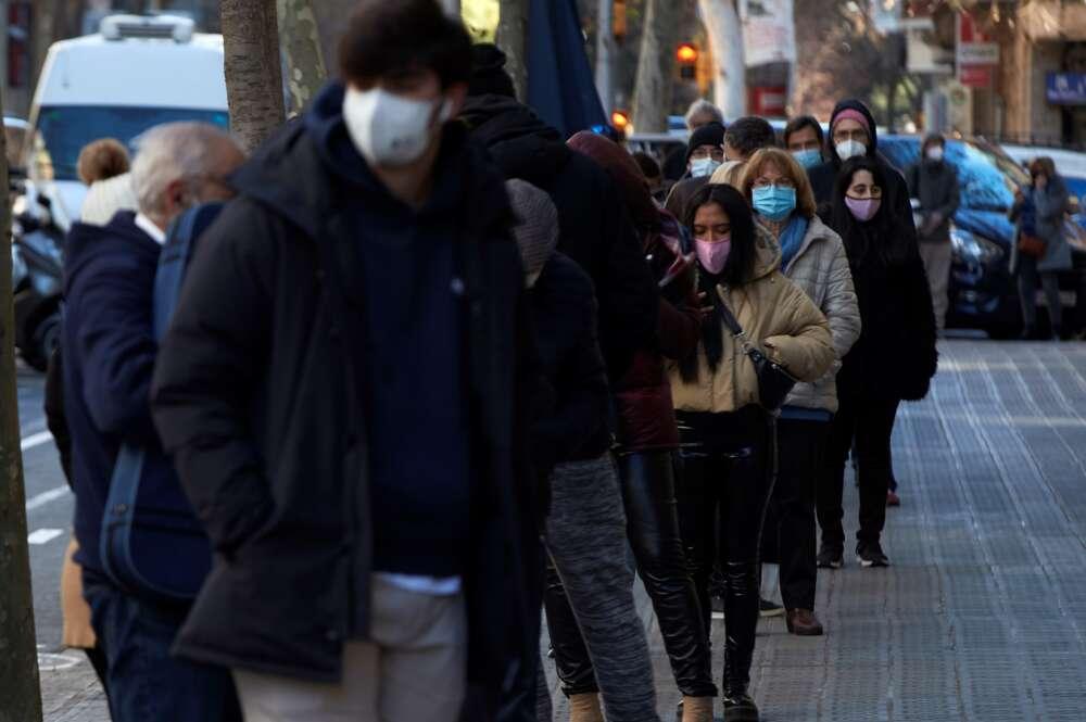 Multitud de personas hacen cola para realizarse un test PCR en un laboratorio de Barcelona el 4 de enero de 2020 | EFE/AG