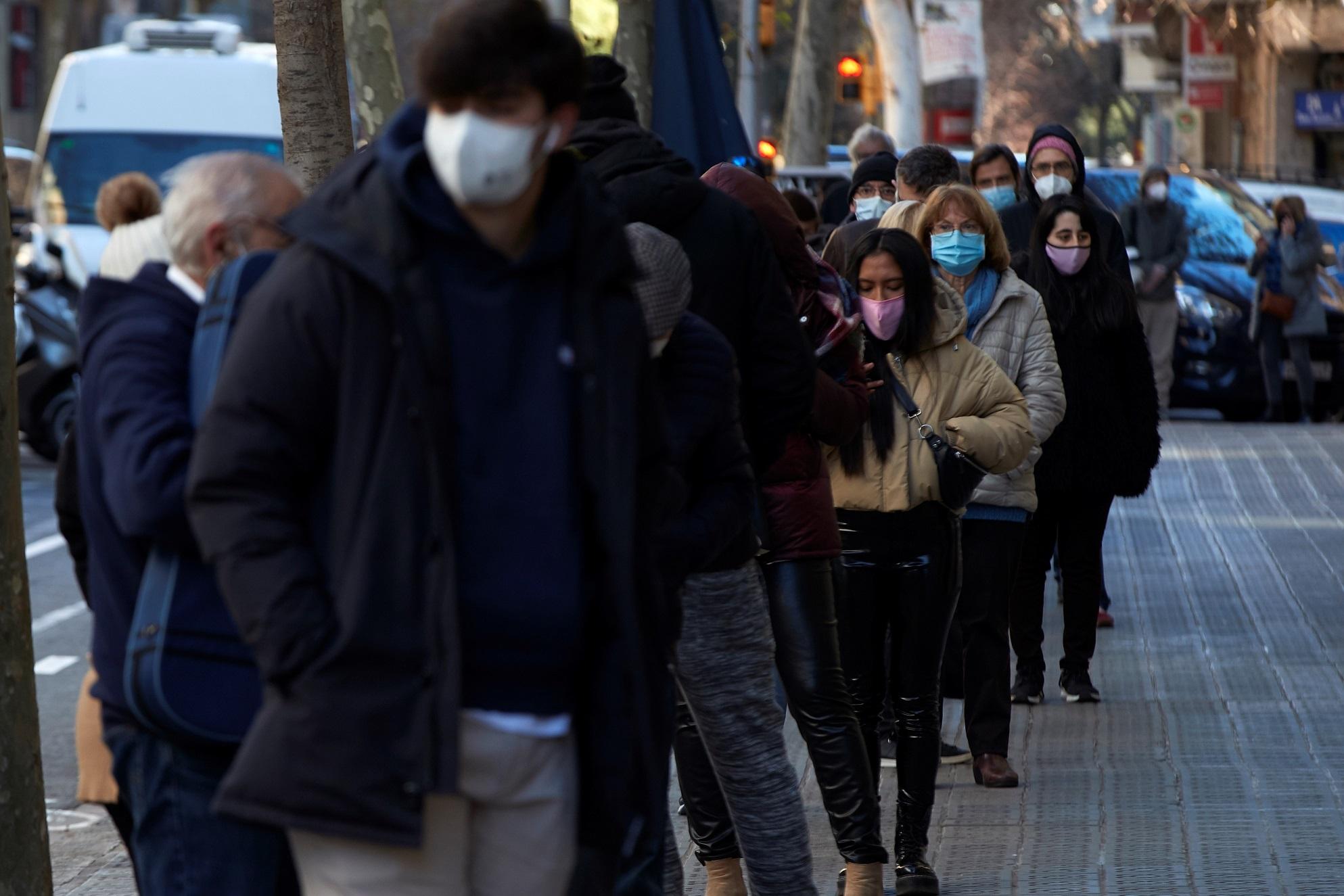 Multitud de personas hacen cola para realizarse un test PCR en un laboratorio de Barcelona el 4 de enero de 2020   EFE/AG