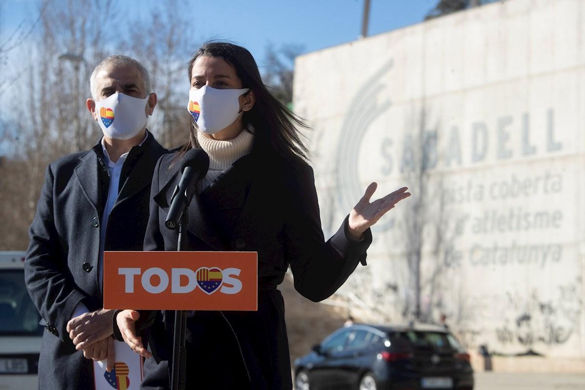 La presidenta de Ciudadanos, Inés Arrimadas, y el candidato del partido a la Generalitat, Carlos Carrizosa, durante un acto electoral en Sabadell (Barcelona) el 24 de enero de 2021 | EFE/MP