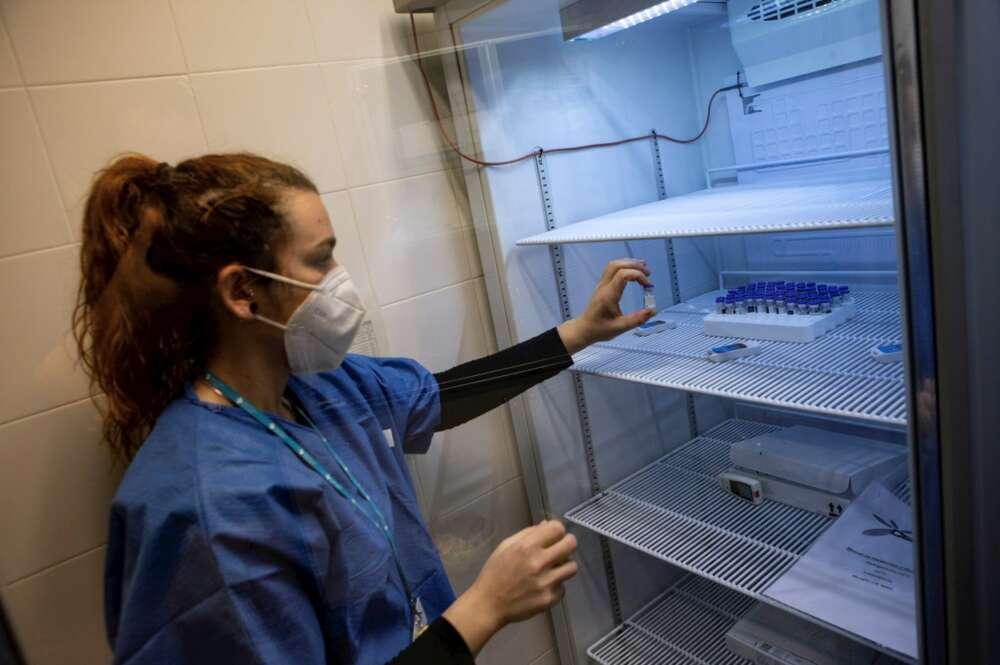 Una enfermera prepara una dosis de la vacuna de Pfizer-Moderna contra la Covid-19 en el centro de atención primaria Montenegre de Barcelona, el 5 de enero de 2021 | EFE/EF/Archivo