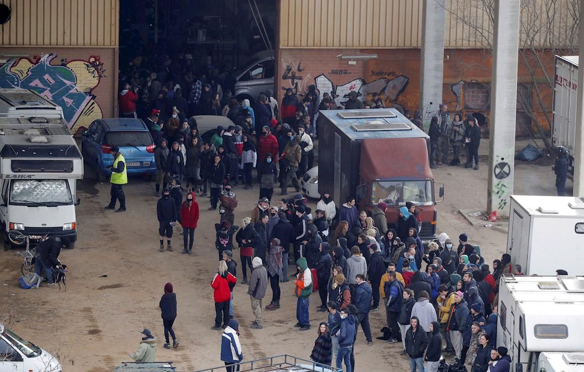 a policía regional de Cataluña (noreste de España) desaloja este sábado una macrofiesta ilegal en una nave industrial abandonada de Llinars del Vallès en la provincia de Barcelona./ EFE
