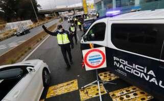La Policía Nacional realiza un control en Murcia para velar por el cumplimiento de las restricciones de movilidad. EFE/Juan Carlos Caval