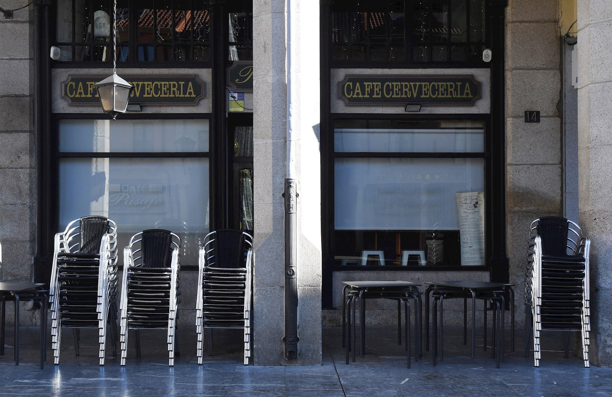 Vista de una terraza en la Plaza Mayor de Astorga (León), este miércoles. EFE/ J.Casares