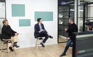 Rosa Duce, economista jefe de Deutsche Bank, y Juanma Jiménez, vicepresidente ejecutivo de Pimco Iberia, junto al director de publicaciones de Economía Digital, Ismael G. Villarejo./ Economía Digital