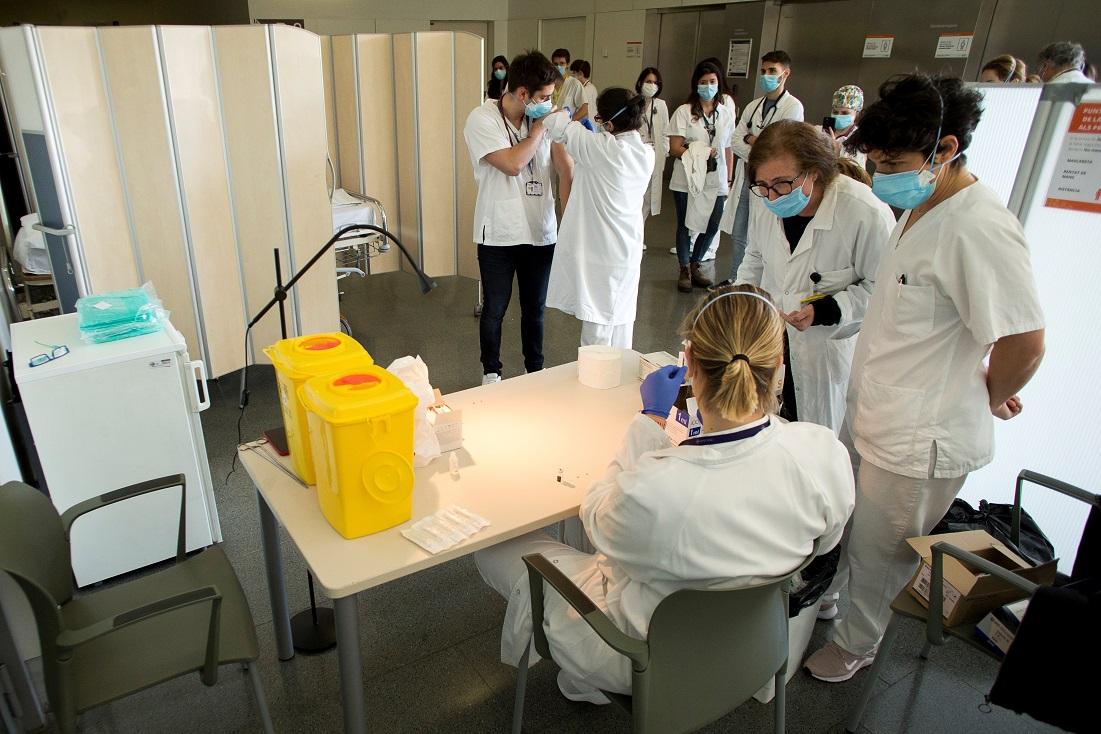 Personal sanitario del Hospital de Sant Pau de Barcelona recibe la vacuna de Covid-19 el 5 de enero de 2020 | EFE/QG