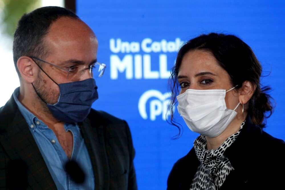 La presidenta de la Comunidad de Madrid, Isabel Díaz Ayuso (d), participa junto al candidato del PPC a la presidencia de la Generalitat Alejandro Fernández (i), en un acto electoral en Barcelona. EFE/Quique Garcia