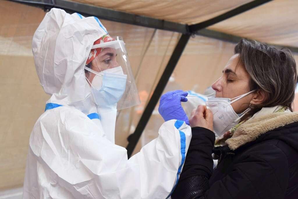 Miles de personas acudieron al cribado masivo de PCR por la Covid-19 en el Pabellón de La Torre del barrio de La Palomera en León, este sábado para detectar contagios. EFE/J.Casares