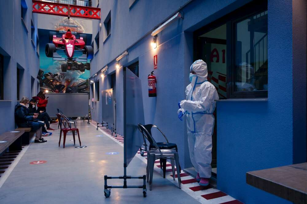 Un profesional sanitario en el centro especializado en pacientes con clara sintomatologia covid del barrio de Gracia de Barcelona, este martes. EFE/Enric Fontcuberta