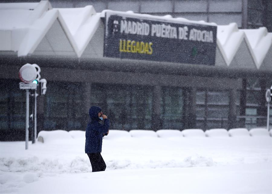 Inmediaciones de la estación de Atocha de Madrid este sábado, en el que la península sigue afectada por el temporal Filomena que deja grandes nevadas y temperaturas más bajas de lo habitual que bajarán drásticamente los próximos días. EFE/ Javier López