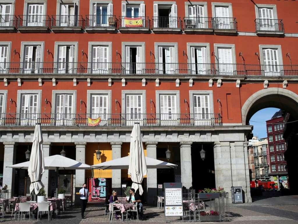 Ciudadanos en una de las terrazas de un bar en la Plaza Mayor de Madrid. (EFE)