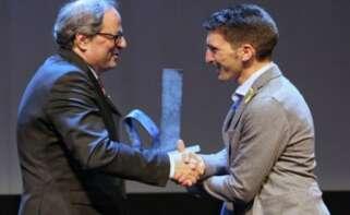 """Quim Torra, presidente de la Generalitat, entrega a Oriol Mitja el premio """"Catalán del año 2017""""./ EFE"""