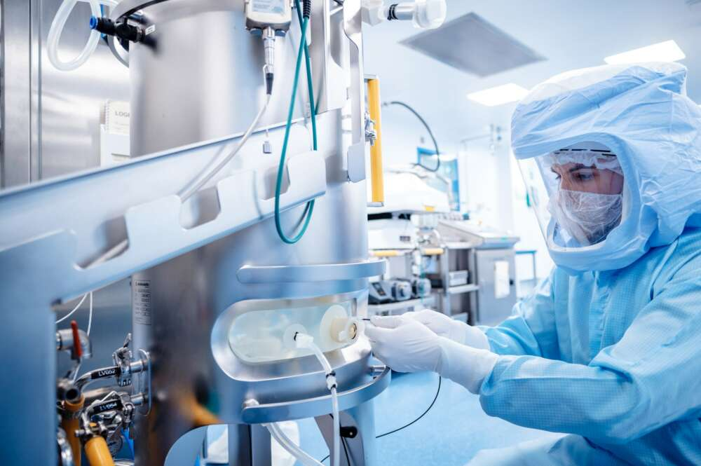 un empleado trabaja en las instalaciones para la producción de ARNm en la fábrica de Biontech en Marburg. EFE