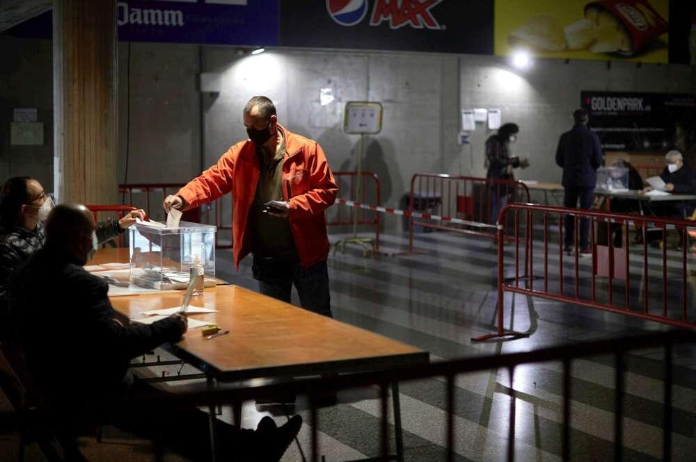 Un hombre ejerce su derecho al voto en el polideportivo de Fontajau, en Girona. EFE/ David Borrat