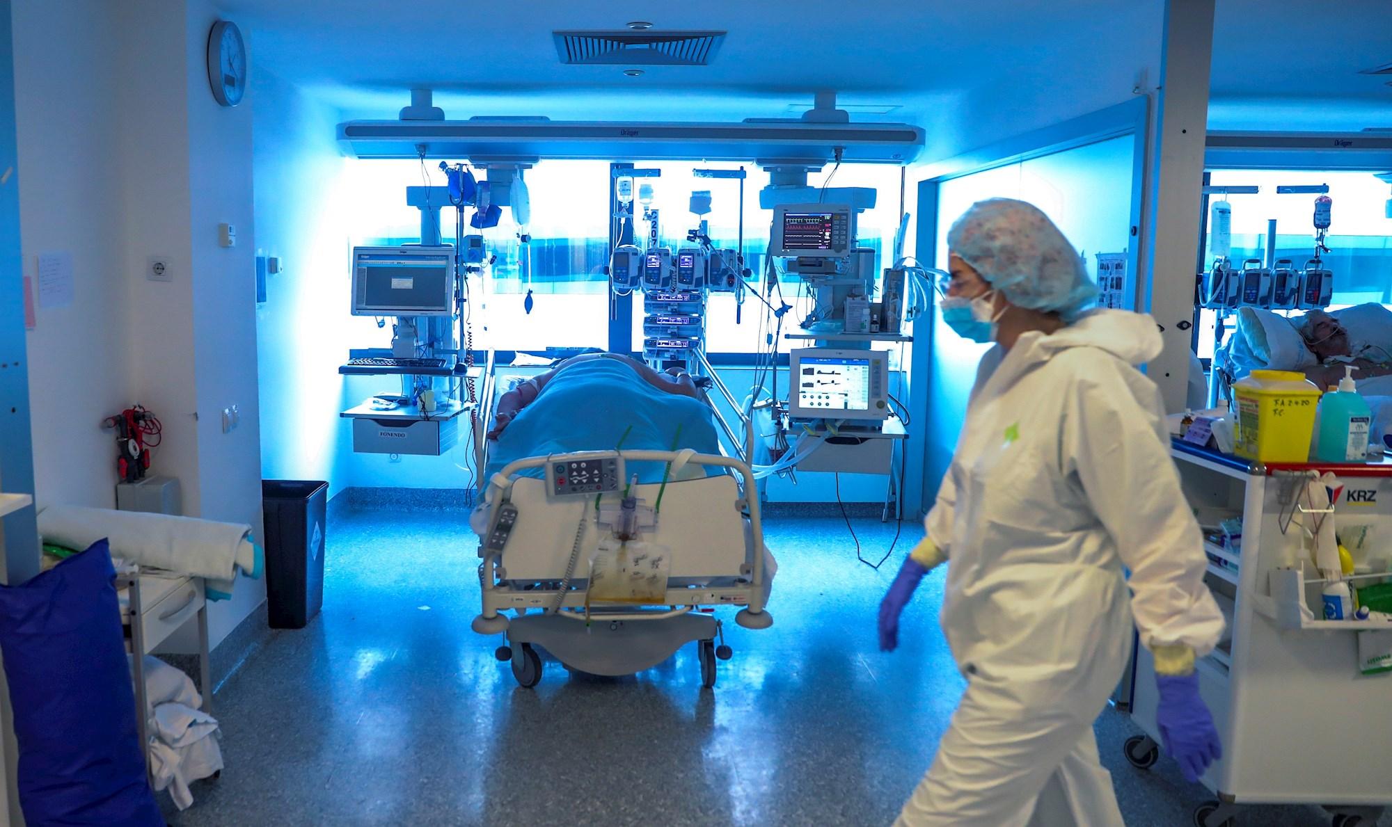 Personal médico de una UCI en el Hospital Puerta de Hierro de Madrid. EFE/JuanJo Martín