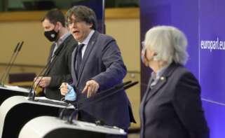 El expresidente catalán y actual eurodiputado, Carles Puigdemont, junto con los exconsejeros Antoni Comín y Clara Ponsatí, en una rueda de prensa en el Parlamento Europeo el 24 de febrero de 2021 | EFE/EPA/OH