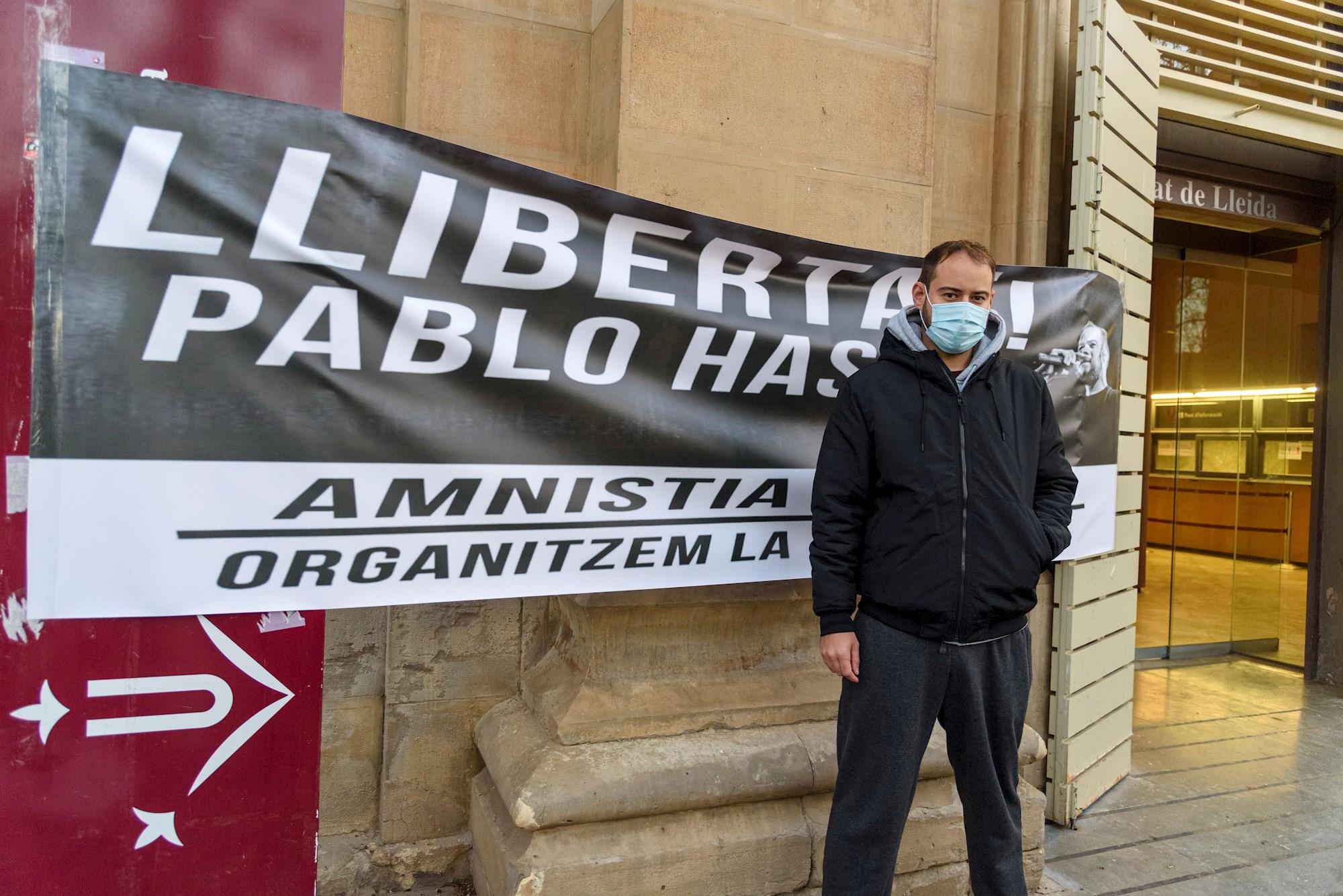El rapero Pablo Hasel en un acto en los jardines Víctor Siurana de la Universidad de Lleida (UdL), antes de su detención el 16 de febrero de 2021 | EFE