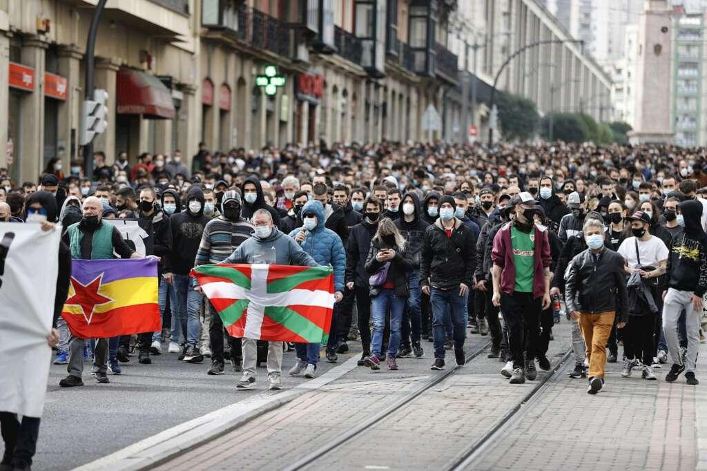 Manifestación que ha recorrido este domingo las calles de Bilbao para reclamar la salida de prisión del rapero Pablo Hasel y que se ha saldado con una persona detenida. EFE/ Luis Tejido
