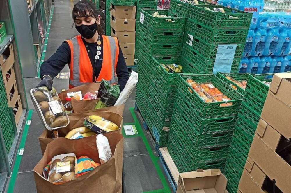 El grande del comercio electrónico ha decidido reforzar su apuesta por la venta de alimentación en España con el lanzamiento de su servicio Amazon Fresh./ EFE