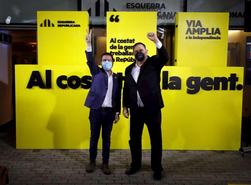 El candidato de ERC a la presidencia de la Generalitat, Pere Aragonès (i), acompañado por el presidente del partido Oriol Junqueras comparecen para valorar los resultados de las elecciones catalanas que se han celebrado este domingo. EFE/Alberto Estévez