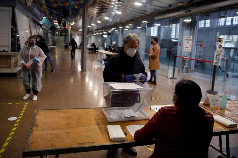 Los primeros votantes de las elecciones catalanas del 14-Fse acercan a las mesas electorales el domingo. EFE