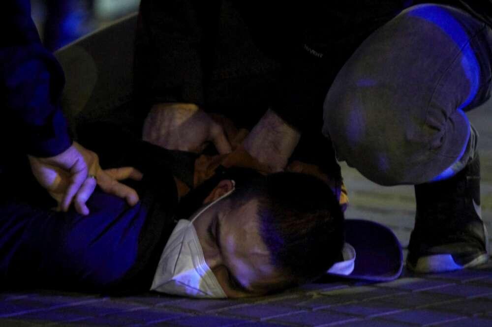 Uno de los detenidos por agentes de los Mossos en las protestas por el encarcelamiento del rapero Pablo Hasel, a quien este jueves le fue confirmada otra condena a prisión por amenazar a un testigo, esta noche en Barcelona. EFE/Alejandro García