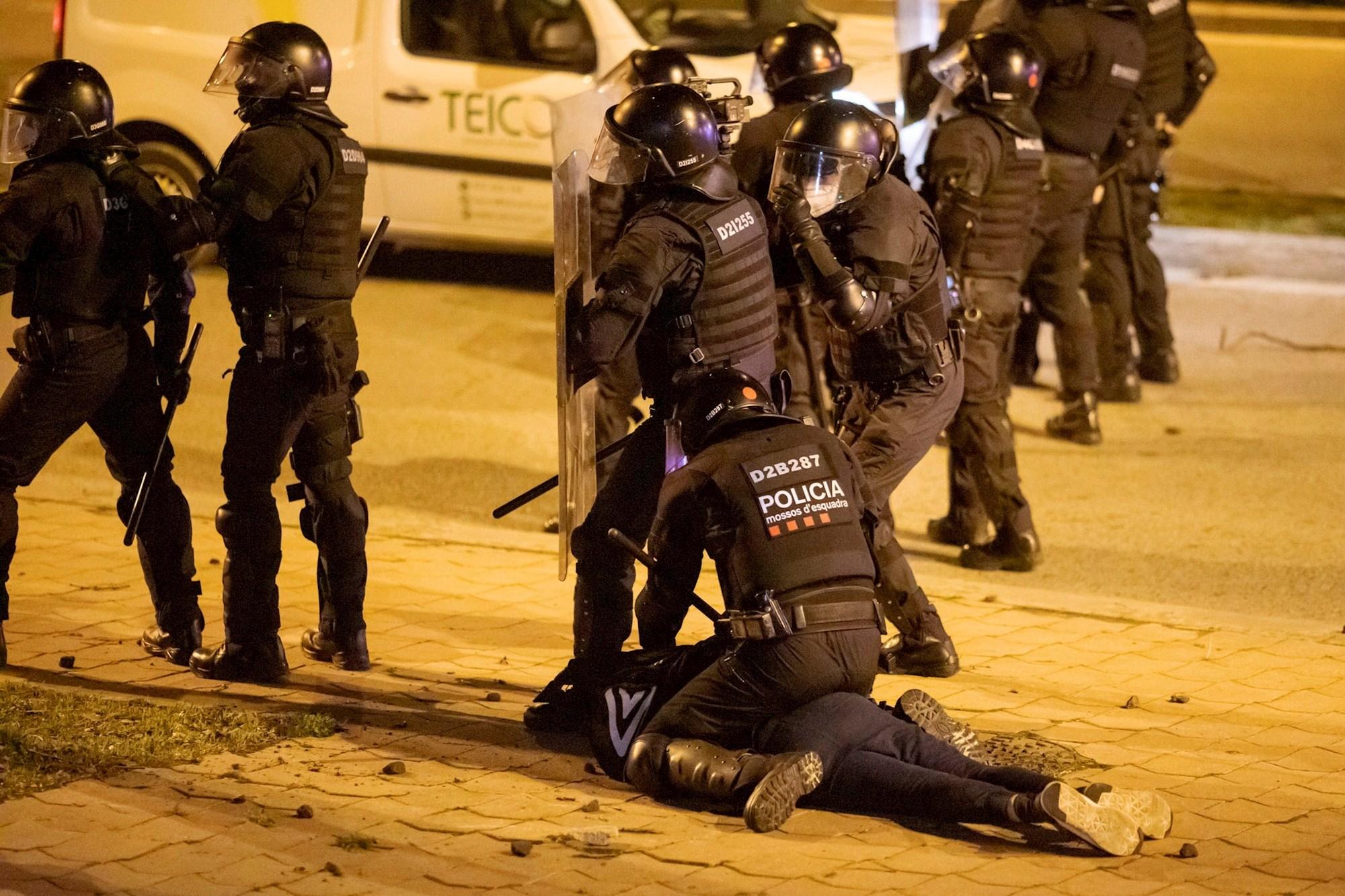 Los Mossos d'Esquadra efectúan una detención durante los disturbios posteriores a la manifestación celebrada este viernes en Girona en protesta por la detención del rapero Pablo Hasél, acusado de delitos de enaltecimiento del terrorismo e injurias a la Corona. EFE/Toni Vilches